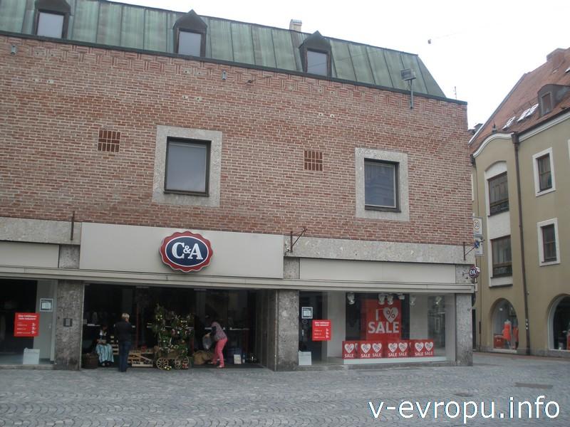 Магазин C&A около городских ворот Ländtor в Ландсхуте
