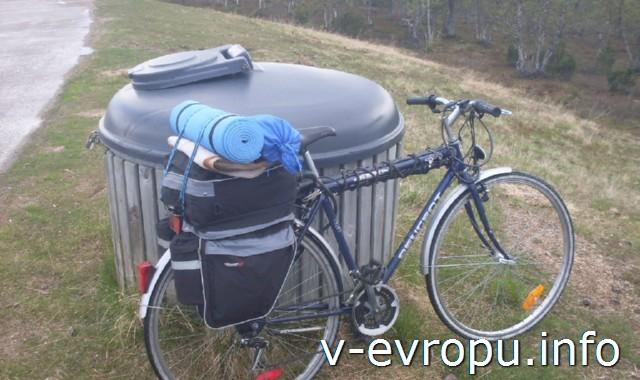 Велосипед в полном  снаряжении для путешествия по Европе