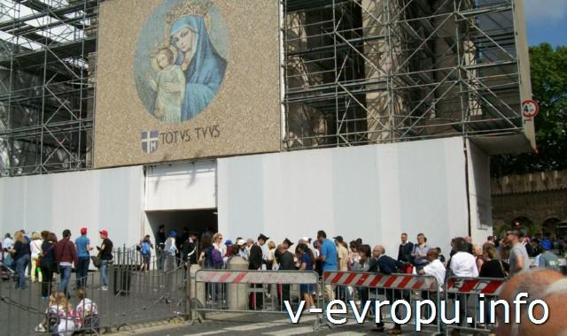 Ватикан. Воскресная проповедь Папы Римского на площади Св Петра 12 мая 2013