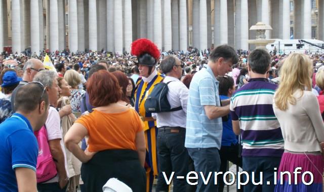 Швейцарские гвардейцы Ватикана на охране воскресной проповеди Папы
