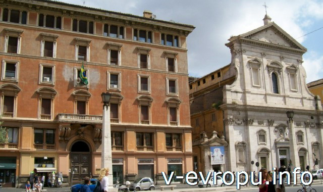 Рим. Обзорные экскурсии на автобусе. Справа от церкви Санта Мария ин Транспортина остановка экскурсионных автобусов