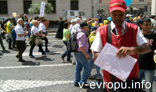 Рим. Обзорные экскурсии на автобусе. Представитель красных экскурсионных автобусов в униформе
