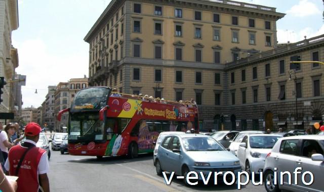 """Обзорные автобусные экскурсии по Риму на практике: """"красный """" экскурсионный автобус Сити Сайтсииг Рома. В час пик лучше ходить пешком"""