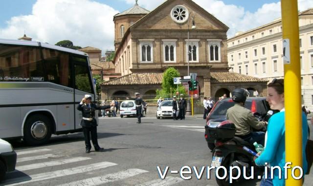 Транспорт Рима. Фото. Перекресток регулируется полицейскими