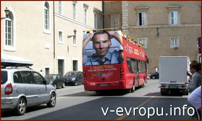 Рим. Обзорные экскурсии на автобусе. Красный экскурсионный автобус City Sightseeing Roma в центре города
