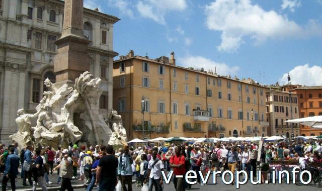 Фонтан Четырех Рек на площади Навона в Риме. Май 2013