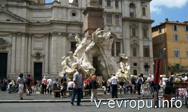 Скульптурная группа фонтана Четырех Рек: скульптура Гагна (слева) и скульптура Нила, которая изображена Бернини с головой, покрытой покрывалом