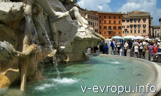 Площадь Навона в Риме -  фрагмент фонтана 4-х Рек