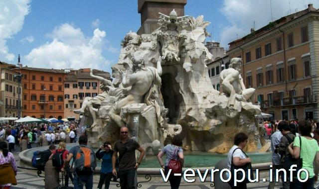 Фонтан Четырех Рек: скульптуры рек Ла Плата, Дуная, Ганга (слева на право)