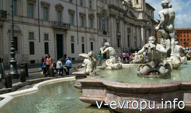 Рим. Скульптуры тритонов  фонтана  Мавра на площади Навона