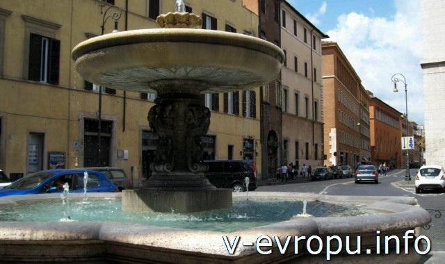 Рим. Фонтан перед фасадом церкви Сан Андреа делла Валле