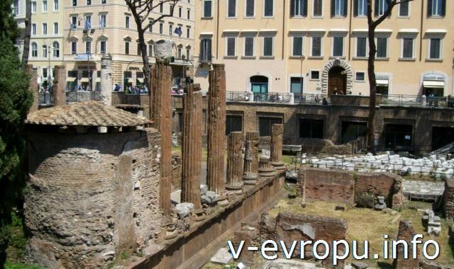 Рим. Ареа Сакра. Левая колоннада Храма Ютурны