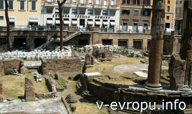 Рим. Ареа Сакра. Вид на Храм Удачи с восточной стороны