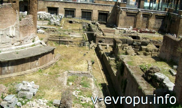 Рим. Ареа Сакра. Храм Удачи (слева) и Храм Феронии (справа)