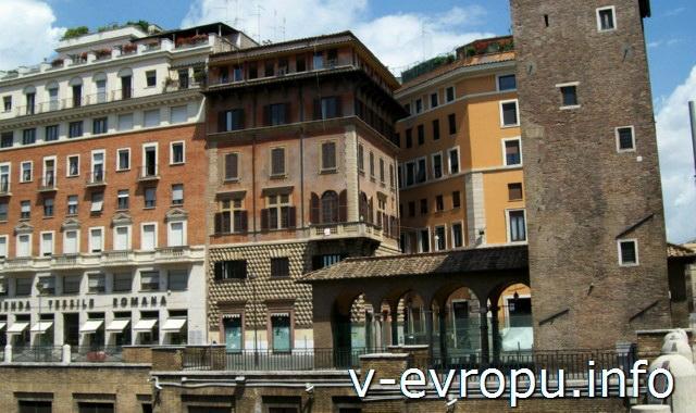 Западная сторона Ареа Сакра, где раньше находился Театр Помпея