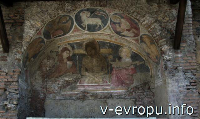 Рим. Инсула Арачели. Люнетта с фресками средневековой церкви Святого Бьяджо