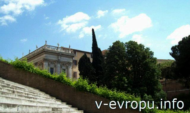 Лестница к церкви Санта Мария ин Арачели. На заднем фоне Палаццо Нуово на Капитолийской площади