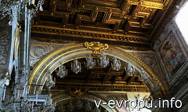 Полуциркульная арка трехнефной базилики Санта Мария ин Арачели