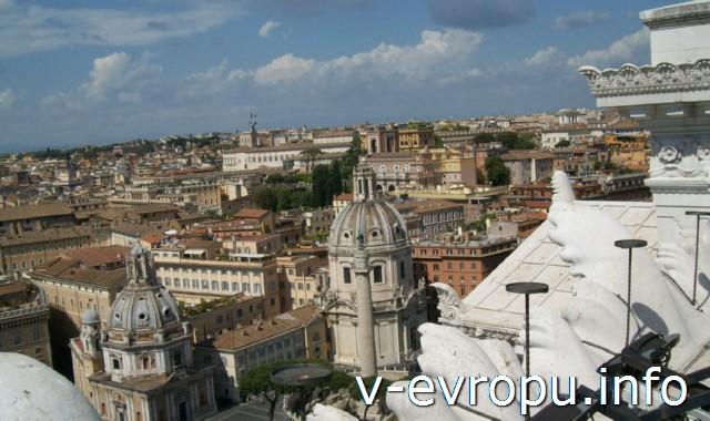 Рим. Вид на Колонну Траяна с обзорной площадки у памятника Виктору Эммануилу II