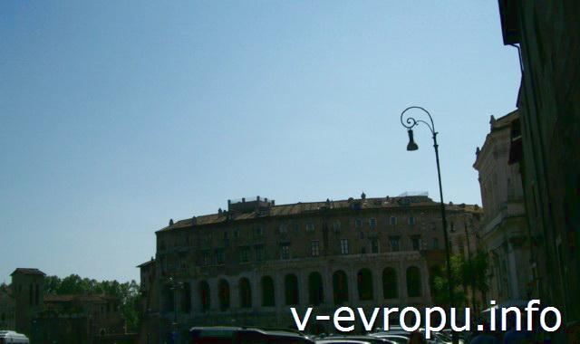 Театр Марцелла в Риме по Корсо дель Театро Марцелло