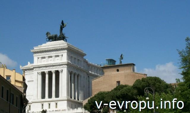 Рим. Basilica-di-Santa-Maria-in-Aracoeli. Центральный фасад. Слева здание Музея Рисорджименто