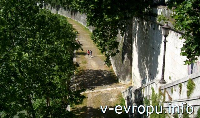 Спуск на набережную с моста Палатино