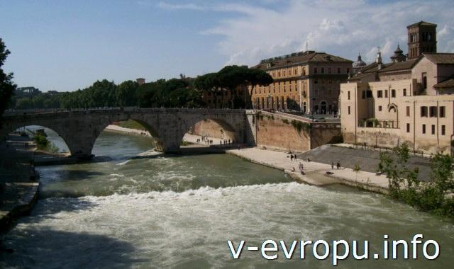Рим. Мост Честио, соединяющий остров Тиберина  с районом Травестере