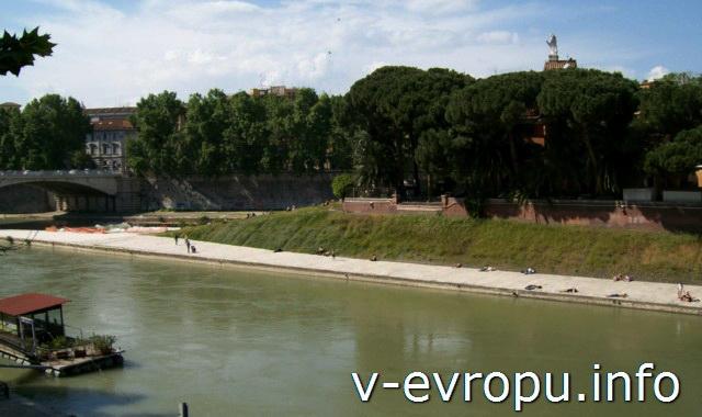 Рим. Остров Тиберина на реке Тибр