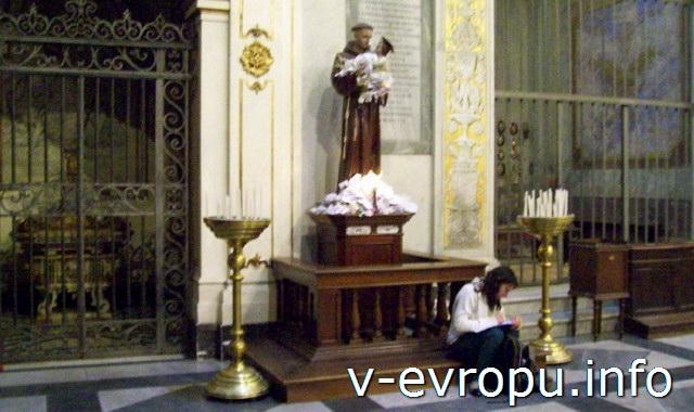 Скульптура Святого Антония Падуанского в церкви Санта Мария ин Трастевере в Риме