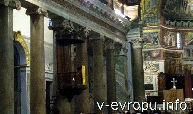 Колонны центрального нефа церкви Святой Марии ин Трастевере в Риме