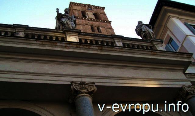 Портик церкви Святой Марии ин Трастевере в Риме