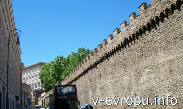 Рим. Стена Ватикана, у которой проходят маршруты экскурсионных автобусов