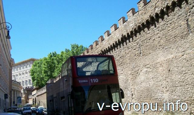 Обзорные автобусные экскурсии по Риму на практике: Стена Ватикана, у которой должны останавливаться автобусы