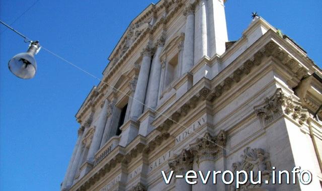 Рим. Обзорные экскурсии по Риму на автобусе. Двухордерный фасад с форинфскими полуколоннами