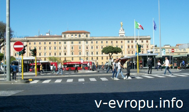 Транспорт Рима. Фото. Площадь с автобусными остановками перед жд вокзалом Термини