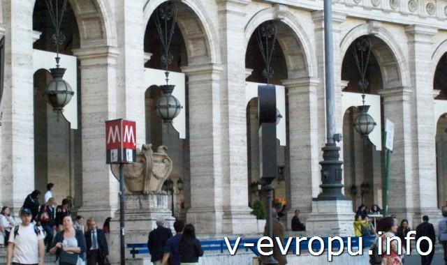 Транспорт Рима. Фото. Вход в метро на станцию Рипаблика