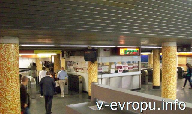 Рим. Метро и электрички. Фото. Турникеты в метро