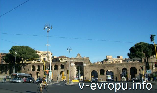 Транспорт Рима. Фото. БОльшой перекресток в районе Сан Джовани ин Латерано