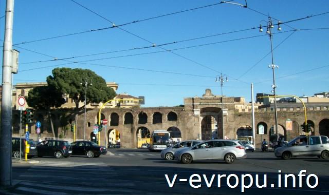 Транспорт Рима. Фото. Перекресток в районе Сан Джовани ин Латерано