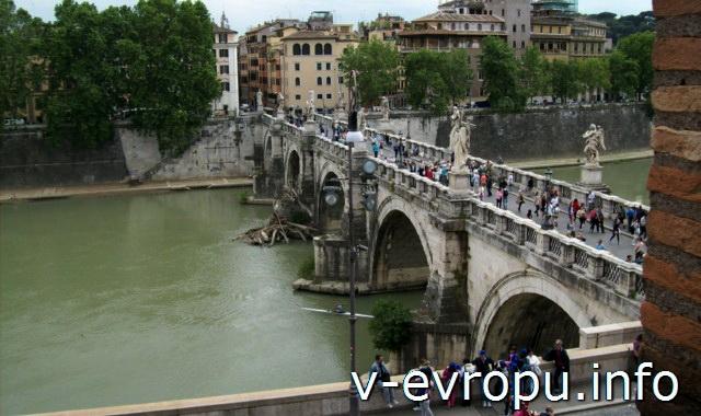 Вид на мост Святого Ангела со стен замка Сант Анджело
