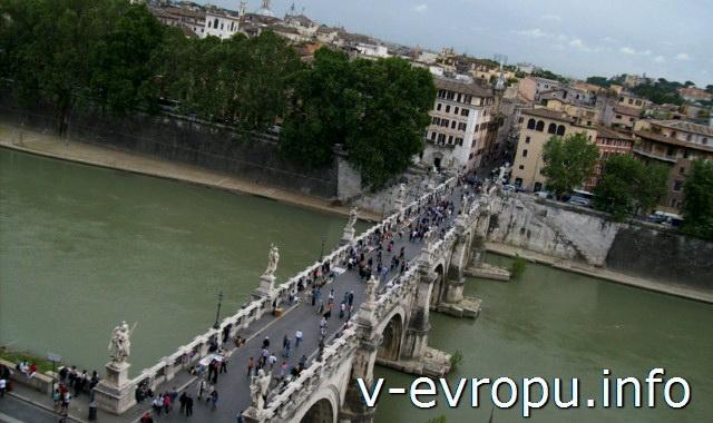 Вид на мост Святого Ангела со стен замка Сант Анджело в Риме.