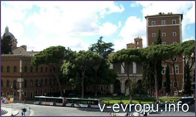 Рим. Палаццо Венеция напротив памятнику Виктору Эммануилу
