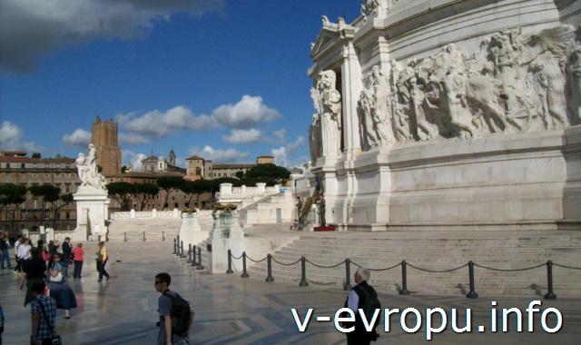 Рим. Подиум Памятника Виктору Эммануилу декорирован барельефами