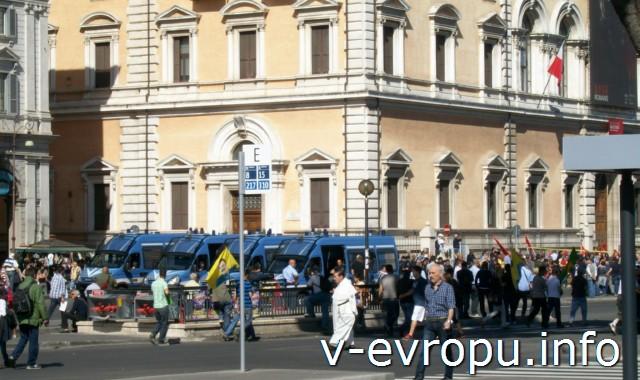 Рим. Жд вокзал Термини. Фото. Площадь перед вокзалом - место проведения митингов