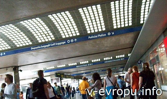 Рим. Жд вокзал Термини. Фото. Указатели служб вокзала