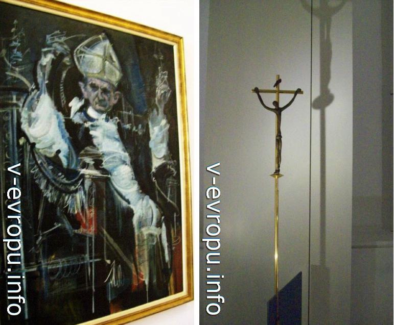 """Зал Матисса в Ватикане. Слева работа Альваро Дельгадо Рамоса """"Портрет Ппапы Павла-VI"""", справа Бронзовый крест из алтаря Часовни Чёток работы Анри Матисса"""