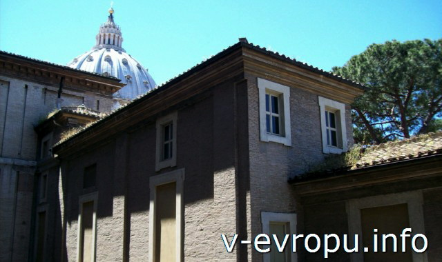 Вид на купол Собора Святого Петра из Ватиканских Музеев