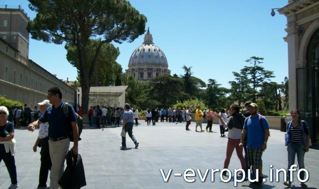 Внутренний двор Музеев Ватикана. Пинакотека Ватикана справа