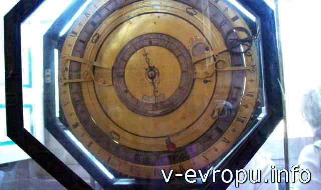 Часы и астрологический календарь - экспонат музея Ватикана