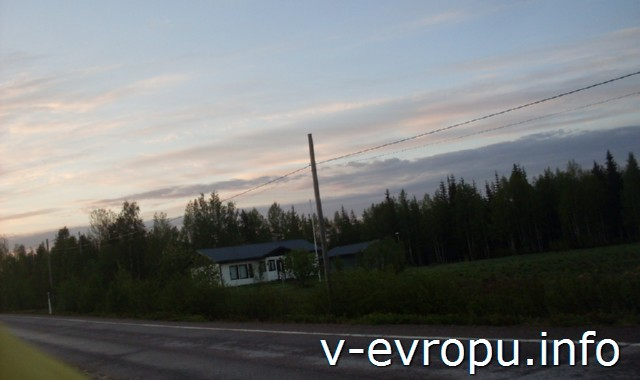 На велосипеде от Соданкюля до Рованиеми. Типичные финские домики вдоль дороги